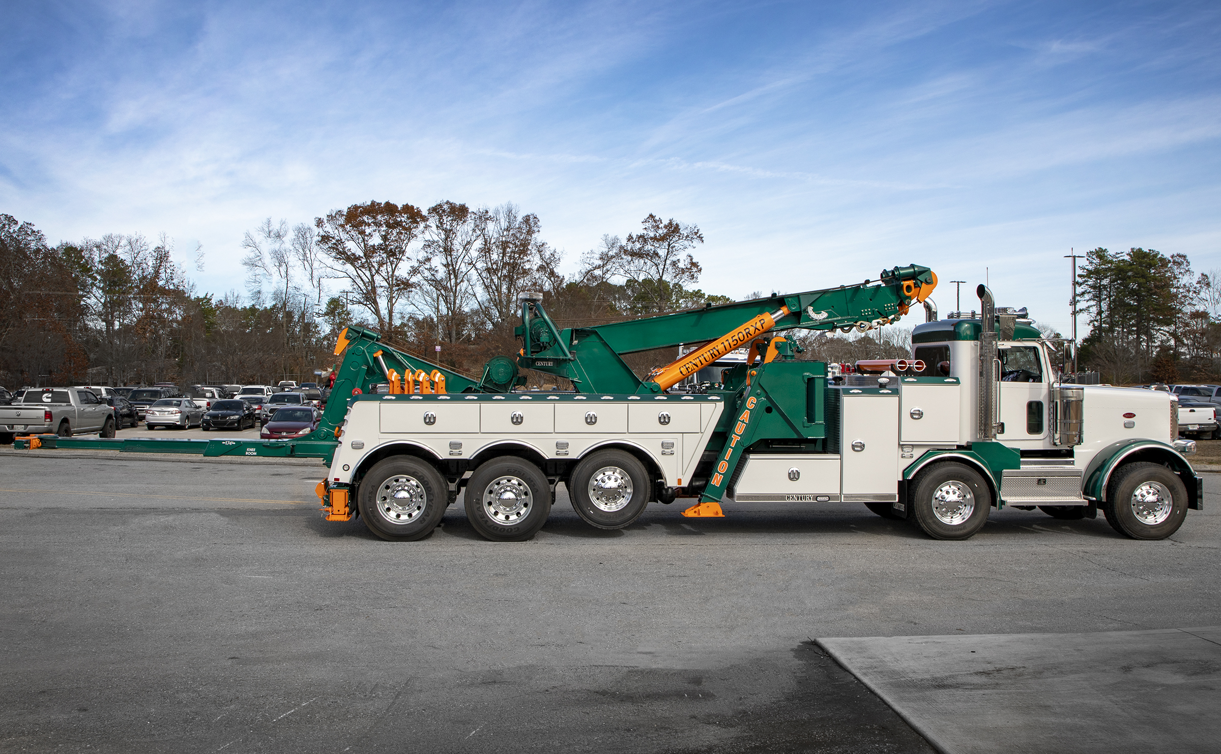 Century® 1150 Rotator can be outfitted with the kneeboom underlift for superior heavy-duty towing